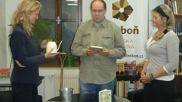 """Třeboň – Knihu s názvem """"Na začátku byl rýč"""" slavnostně pokřtili vodou a kompostem ve čtvrtek v Městské knihovně v Třeboni."""