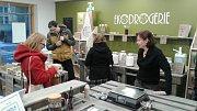 Nově otevřená prodejna Jindřichohradecké Zero v Husově ulici prodává ekologickou drogerii a přírodní kosmetiku bez zbytečných plastových obalů.