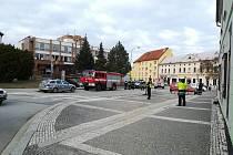 Část Nádražní ulice v okolí České spořitelny je krátce po čtvrté hodině uzavřená.