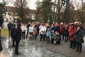Na šest desítek občanů Třeboně přijalo v sobotu dopoledne pozvání třeboňské Občanské demokratické strany k pomníku Obětem zla v Třeboni na setkání při příležitost 27. výročí listopadu 1989.