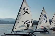 Zamrzlé vodní plochy jsou přímo ideální pro lední jachting. Vyznavači tohoto sportu jsou i v Třeboni. Snímek je ze závodu na Lipně.