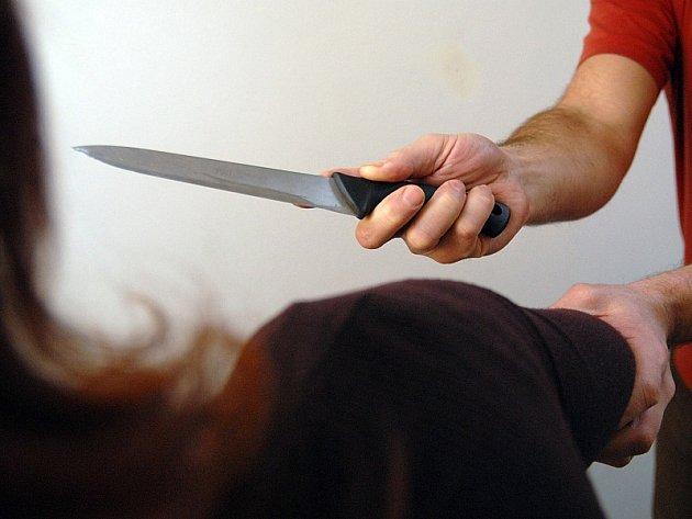 Psychologové varují partnery, aby neřešili své spory v kuchyni, kde mohou  v návalu vzteku vzít do ruky nůž.