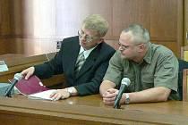 Vladan Simandl (vpravo) poprvé u soudu.