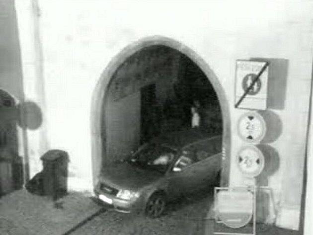 Auto uvězněné ve Sviněnské bráně v Třeboni, jak ho zachytila městská kamera.