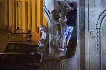 Kamera zachytila mladého muže, jak šplhá na takzvaný Morový sloup v centru Jindřichova Hradce a jednomu světci ohybá kopí.