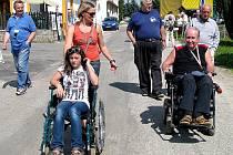 Na slavnostním otevření trasy se včera sešli vozíčkáři i pěší. Každý si mohl jízdu na vozíku také jen vyzkoušet, aby věděl, jak je to náročné. To také učinila Martina Střechová a spolumajitel bezbariérového penzionu Vyhlídka v Lutové Peter Šichtanec.