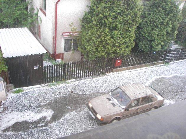 Ulicemi Sládkova kopce v Jindřichově Hradci se valila řeka kroupů.