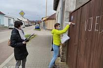 Pracovnice jindřichohradeckého městského úřadu roznášely letáky s nabídkou možnosti nákupů pro seniory.