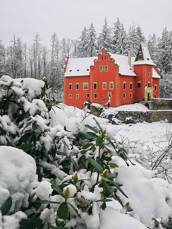 Fasáda zámku Červená Lhota, v jehož zdech plyne život už 600 let, teď na sněhu vynikne ještě více než kdy jindy.