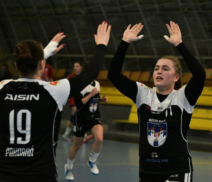 Písecké házenkářky (v černých dresech) v 16. kole MOL ligy doma remizovaly se slovenským Prešovem 24:24.