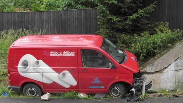 Nepozornost za volantem se vymstila řidiči dodávky, která v pondělí odpoledne u Vlčetínce na Novovčelnicku narazila nejprve do zábradlí šachty a poté tarasu domu.  Šofér utrpěl zranění.