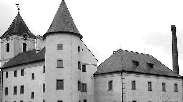 ZÁMEK V PÍSEČNÉM. Objekt původní tvrze, který byl výrazně přestavěn na honosný  vesnický zámek. V současné době je tato budova nabízena ke koupi.