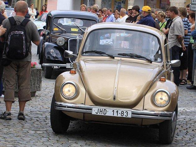 Historická vozidla ovládla jindřichohradecké náměstí.