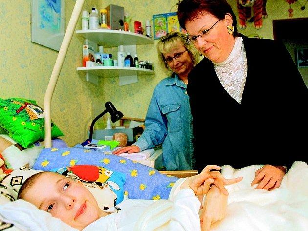 Ministryně školství  Dana Kuchtová (vpravo) navštívila Filipa Němce z Cizkrajova u Dačic, jenž je postižený vinou školního výletu. Kuchtová se rodině omluvila. Přivezla návrh, jak zaplatit soudní odškodnění 15 milionů korun.