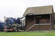 JEDNOU ROČNĚ  provádějí zaměstnanci společnosti ČEVAK celkovou revizi a údržbu čerpací stanice kalů v Třeboni, která zvenku zapadá do krajiny, neboť vypadá jako typický seník.