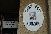 První volební den v Kunžaku.