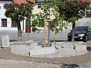 Památník jindřichohradeckým obětem holokaustu na Zákosteleckém náměstí těsně před dokončením prací.