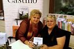 Zora Castillo (vpravo) se při autogramiádě setkala se svou kamarádkou Lenkou Průchovou. Díky jejich přátelství se podařilo domluvit premiéru filmu v Třeboni.