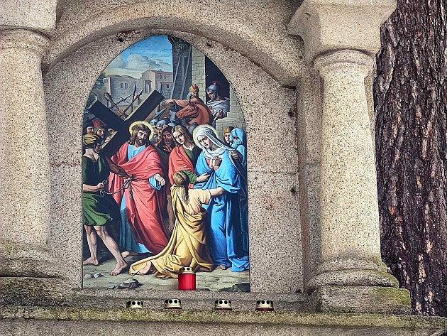 Křížová cesta ke kostelu svatého Jakuba vJindřichově Hradci. Pán Ježíš potkává svou Matku.