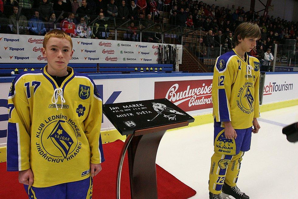 Čeští hokejisté odehráli v Jindřichově Hradci před osmi lety dva duely s Lotyšskem. Tomu úvodnímu předcházel ceremoniál, při němž byl zimní stadion  přejmenován na počest tragicky zesnulého odchovance hradeckého hokeje Jana Marka.