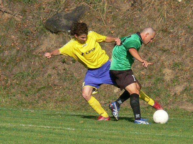 Fotbalistům Nové Včelnice vyšel start do letošní sezony v I. B třídě a v tabulce se posunuli na druhou příčku. Na snímku z tohoto duelu bojuje domácí útočník Jiří Kovář (vlevo) s novovčelnickým zadákem Radkem Vajdou.