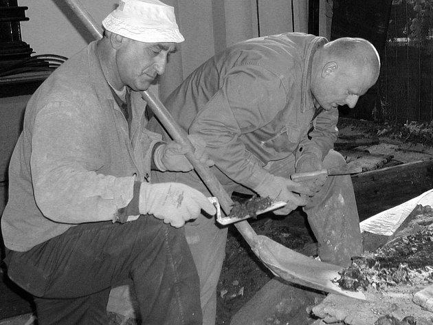 Dohledávání drobných dobových artefaktů z krypty kostela.