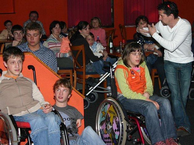 Vedoucí střediska Kontakt bez bariér z J. Hradce Ivan Jůna, stojící zcela vpravo, seznámil na setkání s dobrovolníky, kteří pomáhají handicapovaným všechny zúčastněné  s činností střediska a s aktivitami, které pro zájemce s handicapem středisko nabízí.