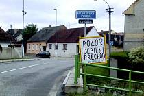 Někteří obyvatelé Lomnice nad Lužnicí nesouhlasí s přechodem v zatáčce na hlavní silnici od Třeboně, přechod byl však již označen měřičem rychlosti.