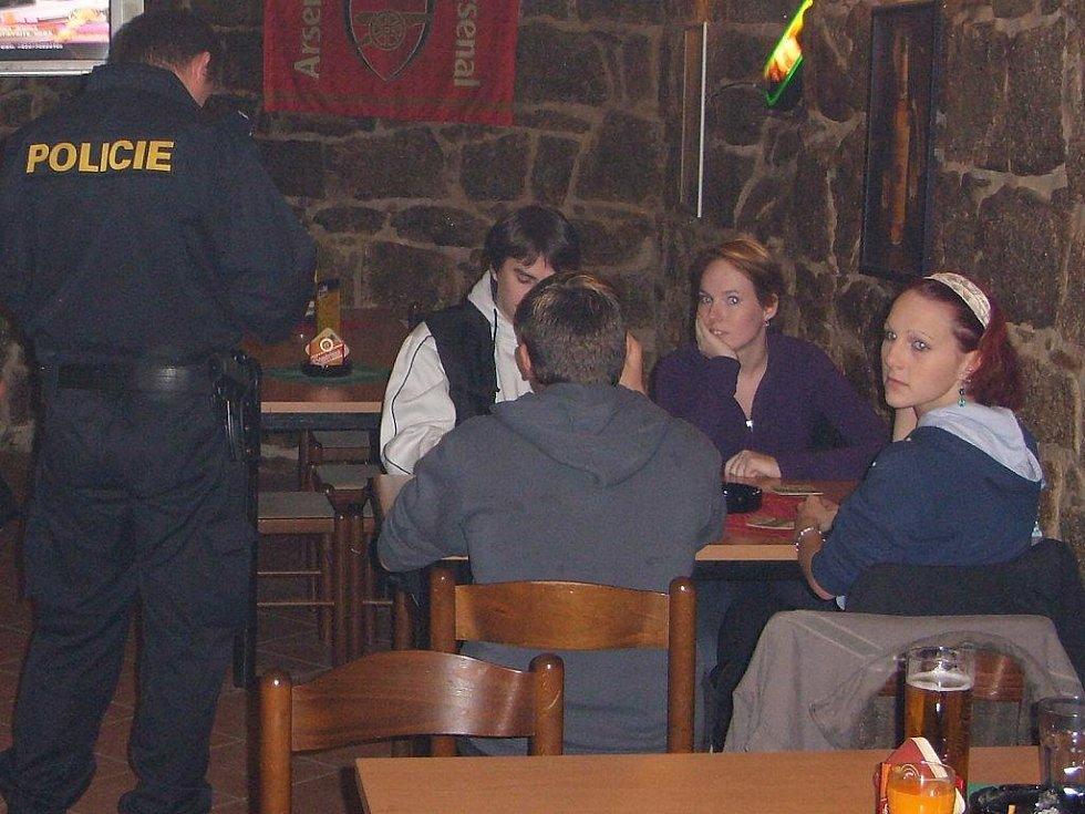 Rozsáhlá policejní kontrola na Jindřichohradecku zaměřená na podávání alkoholu mladistvým.