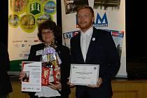 Ve Vrchlabí převzala cenu pro třeboňské Turistické informační centrum jeho vedoucí Michaela Kajerová spolu s kolegou Janem Václavovským.