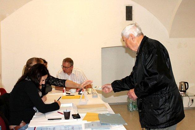První den voleb v okrsku Nežárka v Jindřichově Hradci.