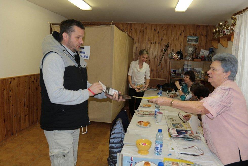 V Deštné na Jindřichohradecku odvolilo kolem sobotní jedenácté hodiny už 68 procent voličů ze seznamu.