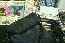 V dačické prodejně Army již také přibyly kabelky, knížky i bižuterie.