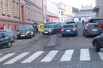 ly v Jindřichově Hradci. V ulici Na Příkopech se rodiče otáčejí, couvají, do toho najíždějí další auta. K neštěstí by stačil krátký  moment nepozornosti.
