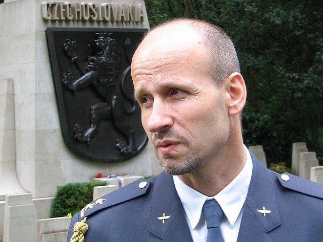 BROOKWOOD. Pplk. Karel Mašek během setkání v československé vojenské sekci hřbitova.