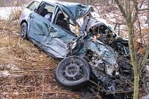 Při čelním střetu s kamionem u Majdaleny se vážně zranil řidič osobního auta.