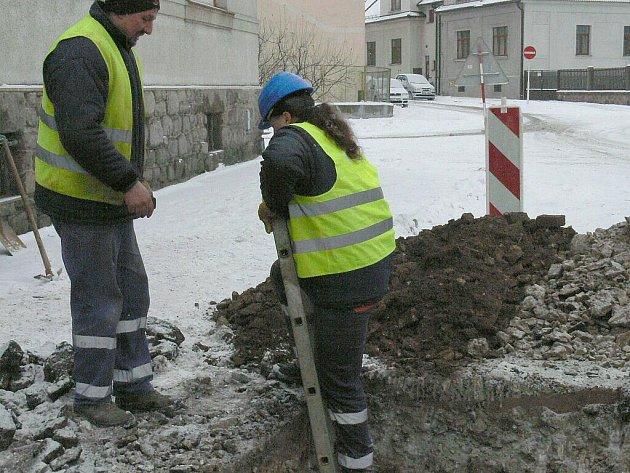 Oprava vodovodního potrubí poškozeného mrazem v Jindřichově Hradci.