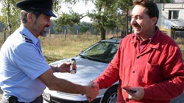 Na snímku právě přebírá odměnu pro vzorné řidiče Josef Mysliveček z Plavska.