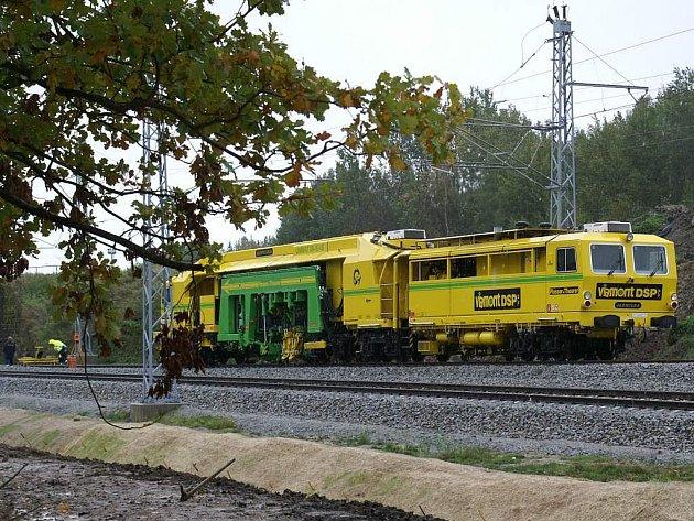 Elektrifikace železniční trati v Českých Velenicích.
