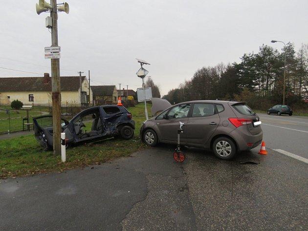 Ve Staré Hlíně se srazila dvě auta poté, co řidič jedoucí od Stříbřece nedal na stopce přednost druhému vozu na hlavní.