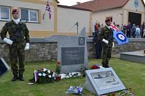 Slavnostní odhalení pomníku pilotu RAF Janu Veselému.