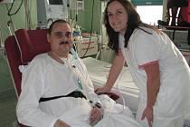 """NA ARU. """"Hezky se tu o mě starají,"""" říká Roman Pišný, který je momentálně na oddělení ARO jindřichohradecké nemocnice. Na snímku je se zdravotní sestrou Marcelou Šoršovou."""