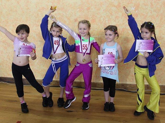 ADÉLA PŘIBYLOVÁ (AET Team Lena J. Hradec) na snímku uprostřed  při Master Class v Českých Budějovicích jasným způsobem vyhrála početně obsazenou kategorii do 7 let.