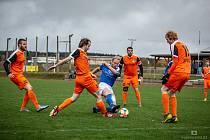 Slavoničtí fotbalisté (v oranžovém) dobrovolně opustili krajský fotbal a budou působit v přeboru Jindřichohradecka.