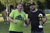 Vedoucí mužstva Sokola Halámky Jiří Samec (vlevo) předal pohár pro vítězný tým kapitánovi Baumaxu Pavlu Rollerovi.
