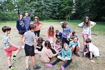 Děti na letním táboře Karštejn baví táborová hra s detektivem Sherlockem Holmesem.