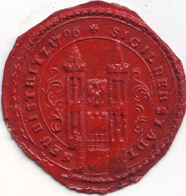 Otisk pečetě města Nová Bystřice zlet 1796až 1815se dvěma věžemi spojenými hradbou a sorlicí na štítku uprostřed již silně připomíná současný městský znak.