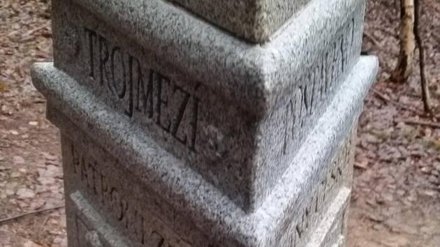 Poškozený památník Trojmezí.