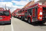 V neděli od časných ranních hodin hasiči v Kardašově Řečici bojovali s požárem domu v Hradecké ulici. Kvůli zásahu byla ulice uzavřena.