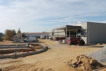 U sídliště Hvězdárna v J. Hradci se buduje kruhový objezd. Nový Penny market vzniká vedle původního.